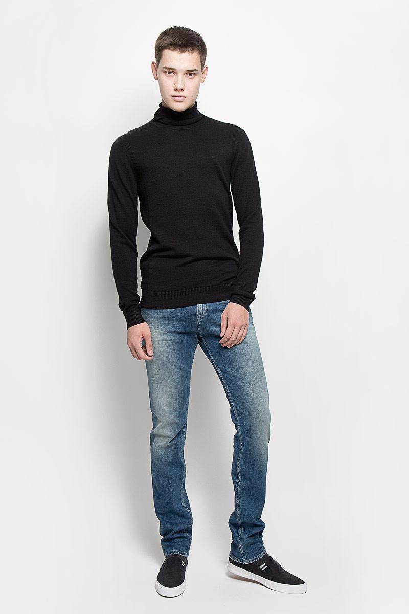 Водолазка мужская Calvin Klein Jeans, цвет: черный. J30J300607. Размер XL (54)J30J300607Мужская водолазка Calvin Klein Jeans выполнена из очень мягкого и тактильно приятного материала. Изделие не стесняет движений, хорошо пропускает воздух.Водолазка с воротником-гольф и длинными рукавами украшена нашивкой из искусственной кожи и вышитым логотипом бренда. Воротник и манжеты модели связаны резинкой. Водолазка станет отличным дополнением к вашему образу, она подарит вам уют и комфорт в течение всего дня!