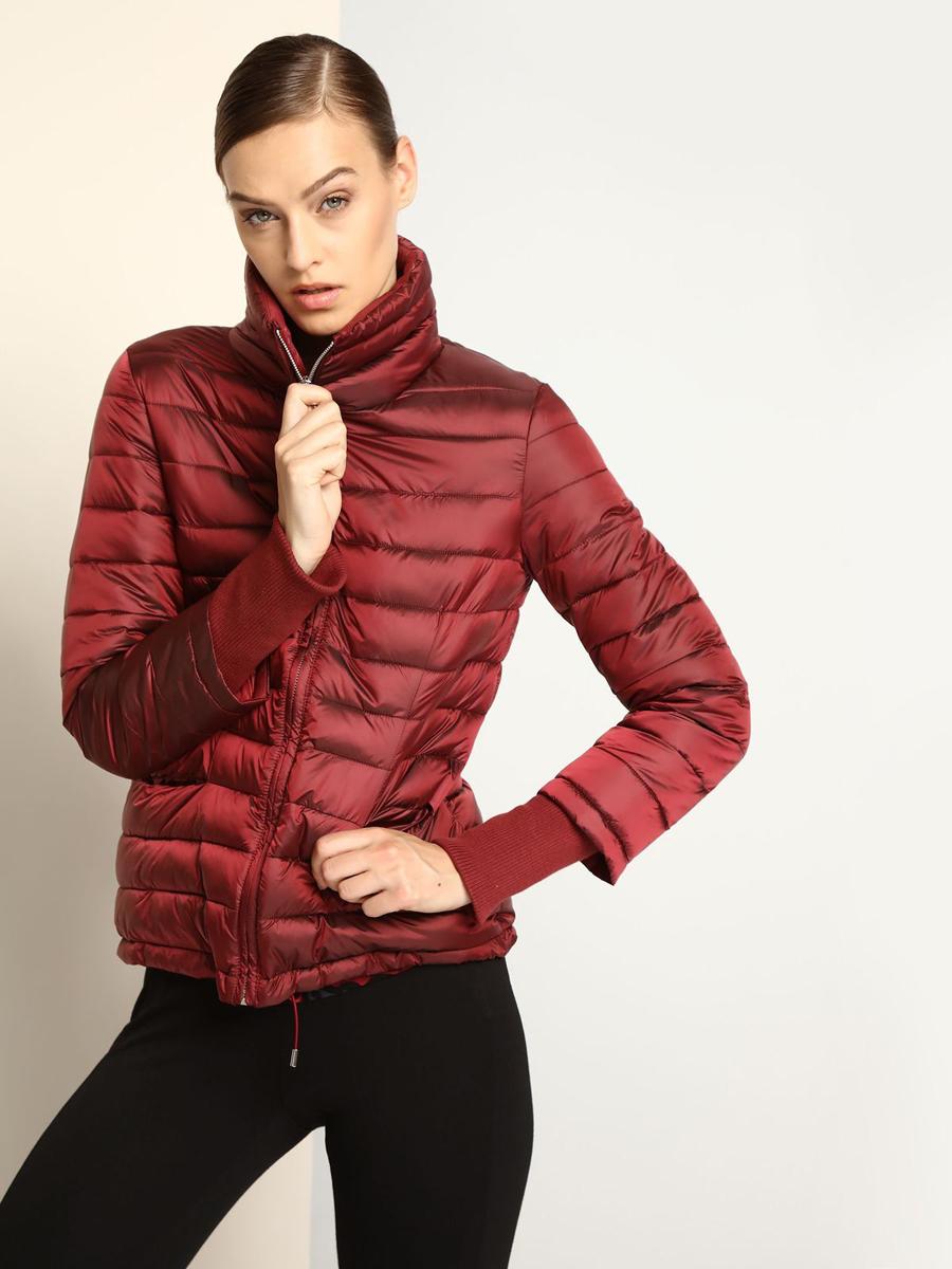 КурткаDKU0068CEСтильная женская куртка Drywash изготовлена из полиамида и полиэстера. В качестве утеплителя используется синтепон. Модель с воротником-стойкой застегивается на застежку-молнию. Манжеты рукавов дополнены широкими трикотажными резинками. Нижняя часть модели дополнена эластичным шнурком.
