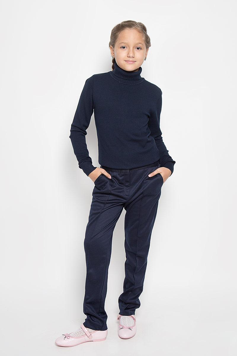 Брюки для девочки Nota Bene, цвет: темно-синий. CJJ26001A. Размер 128CJJ26001A/CJJ26001BСтильные трикотажные брюки Nota Bene идеально подойдут вашей моднице, как для школы, так и для отдыха, и прогулок. Изготовленные из полиэстера и вискозы с добавлением спандекса, они необычайно мягкие и приятные на ощупь, не сковывают движения и позволяют коже дышать, не раздражают даже самую нежную и чувствительную кожу ребенка, обеспечивая наибольший комфорт. Брюки прямого кроя застегиваются на металлический крючок в поясе и ширинку на застежке-молнии. С внутренней стороны в поясе предусмотрена регулируемая эластичная резинка, позволяющая подогнать модель по фигуре. Брючины спереди оформлены отстроченными стрелками. Модель дополнена спереди двумя втачными карманами, сзади - имитацией прорезного кармана. Современный дизайн и расцветка делают эти брюки стильным предметом детского гардероба. В них ваш ребенок всегда будет в центре внимания!