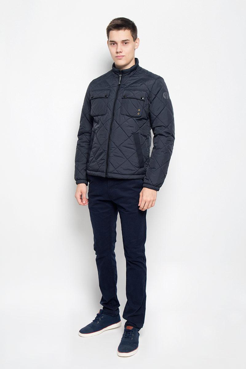Куртка020670162/985Стильная стеганая мужская куртка Marc OPolo согреет вас в прохладную погоду и позволит выделиться из толпы. Модель выполнена из 100% полиамида с полиуретановым покрытием, которое предотвращает проникновением влаги и грязи. Подкладка и утеплитель из 100% полиэстера не дадут замерзнуть. Модель с воротником-стойкой застегивается на пластиковую застежку-молнию. Спереди куртка дополнена двумя прорезными карманами с застежками- кнопками, края которых дополнены нашивками из плотного текстиля, двумя нагрудными накладными карманами с клапанами на застежках-кнопках, с внутренней стороны - накладным карманом с застежкой-молнией. Манжеты рукавов дополнены эластичными резинками. Нижняя часть изделия оснащена эластичным шнурком со стопперами. Боковые стороны и один из нагрудных карманов оформлены декоративными металлическими люверсами, рукав - фирменной нашивкой. Такая модная куртка займет достойное место в вашем гардеробе, в ней вам будет удобно и комфортно.