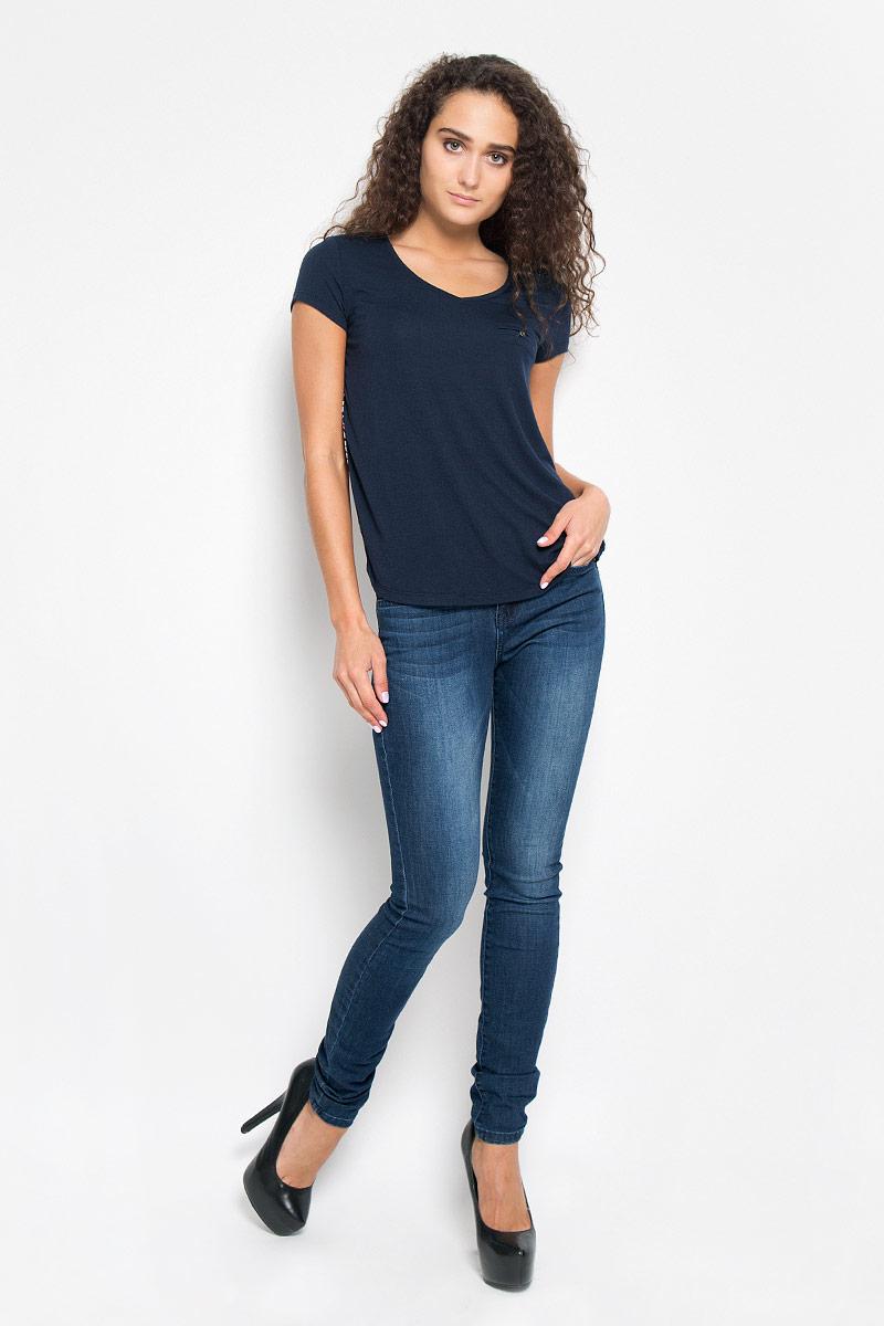 Футболка женская Tom Tailor Denim, цвет: темно-синий. 1035530.00.71_6901. Размер S (44)1035530.00.71_6901Стильная женская футболка Tom Tailor Denim, выполненная из полиэстера с добавлением вискозы, обладает высокой теплопроводностью, воздухопроницаемостью и гигроскопичностью, позволяет коже дышать.Модель с короткими рукавами и V-образным вырезом горловины. Изделие спереди дополнено небольшим карманом-обманкой на котором нашита пуговица. Спинка изделия оформлена ярким цветочным принтом.Такая футболка станет стильным дополнением к вашему гардеробу, она подарит вам комфорт в течение всего дня!