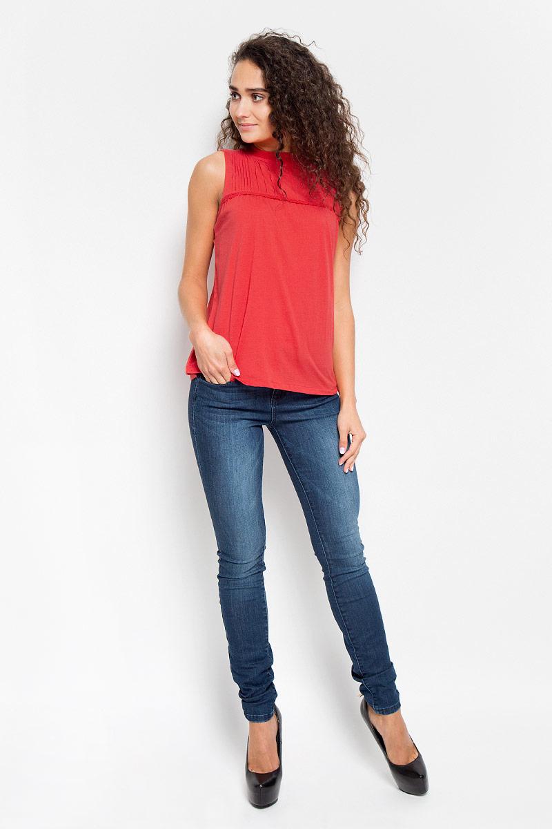 Футболка1035526.00.71_4489Стильная женская футболка Tom Tailor Denim, выполненная высококачественного хлопка, обладает высокой теплопроводностью, воздухопроницаемостью и гигроскопичностью, позволяет коже дышать. Модель без рукавов и стильной горловиной на груди декорирована тонкими складочками и узкой тесьмой. По спинке оформлены пуговицы- застежки. Такая футболка станет стильным дополнением к вашему гардеробу, она подарит вам комфорт в течение всего дня!