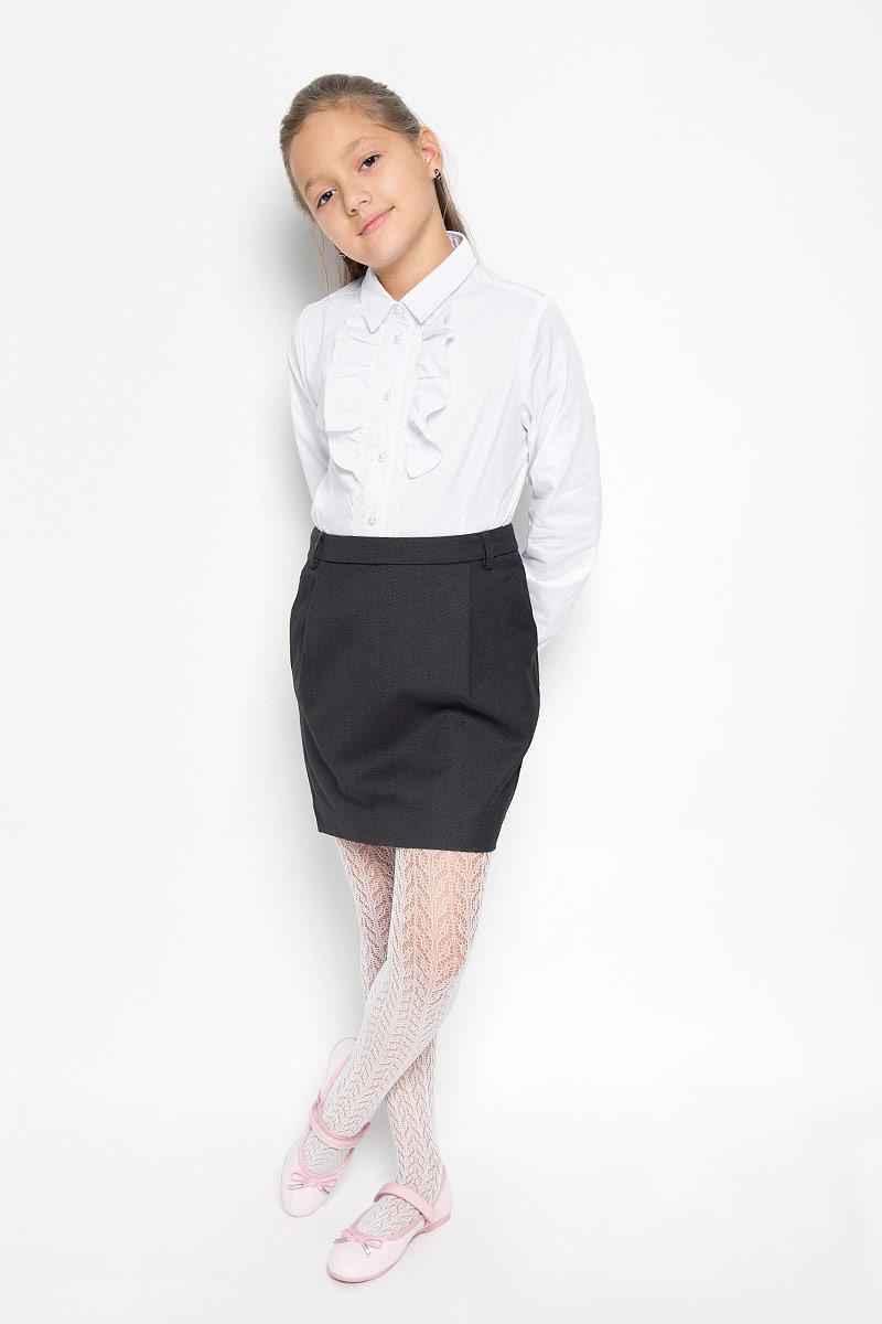 Юбка21502GSC6101Изящная юбка для девочки Gulliver идеально подойдет для школы и повседневной носки. Изготовленная из высококачественного материала, она необычайно мягкая и приятная на ощупь, не сковывает движения и позволяет коже дышать, не раздражает даже самую нежную и чувствительную кожу ребенка, обеспечивая наибольший комфорт. Юбка немного зауженного к низу кроя дополнена боковыми карманами и шлевками для ремня. Размер модели в поясе регулируется скрытой резинкой на пуговице. Такая юбка - незаменимая вещь для школьной формы, отлично сочетается с блузками и пиджаками.