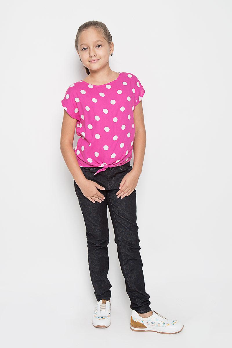 БлузкаBsl-612/010-6153Модная блузка для девочки Sela идеально подойдет вашей малышке. Изготовленная из высококачественной вискозы, она не раздражает даже самую нежную и чувствительную кожу ребенка, обеспечивая наибольший комфорт. Модель свободного кроя с вырезом горловины лодочка и короткими рукавами оформлена принтом в крупный горох. На спинке изделие застегивается на перламутровую пуговицу. Низ блузки спереди дополнен завязками. Оригинальный современный дизайн делает эту модель стильным предметом детского гардероба.