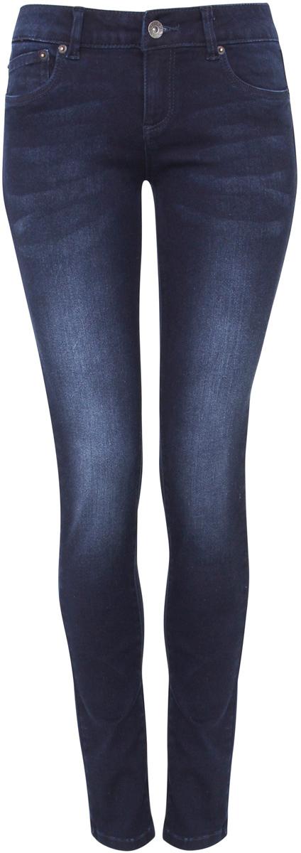 Джинсы12103119/43336/7900WЖенские джинсы oodji Denim выполнены из высококачественного эластичного хлопка с добавлением полиэстера. Джинсы-слим стандартной посадки застегиваются на пуговицу в поясе и ширинку на застежке-молнии, дополнены шлевками для ремня. Джинсы имеют классический пятикарманный крой: спереди модель дополнена двумя втачными карманами и одним маленьким накладным кармашком, а сзади - двумя накладными карманами. Джинсы украшены декоративными потертостями.