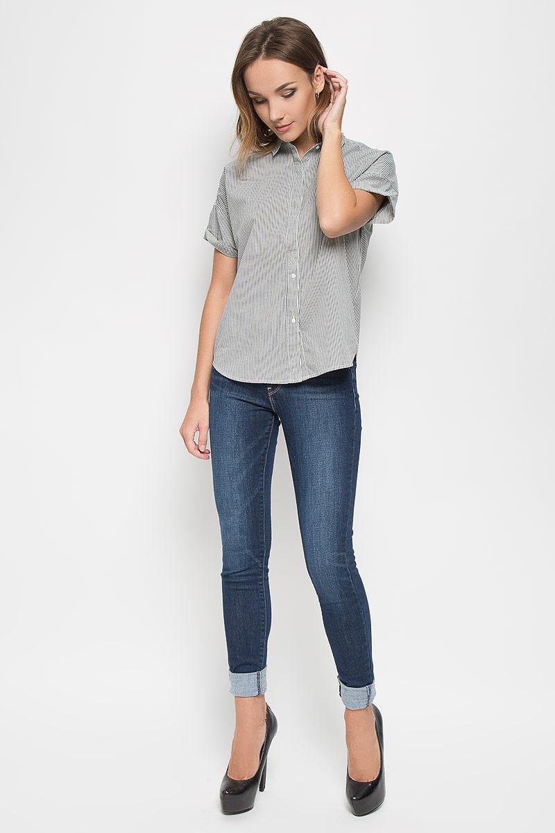 Рубашка2351800040Стильная женская рубашка Levis®, выполненная из натурального хлопка, прекрасно подойдет для повседневной носки. Материал очень мягкий и приятный на ощупь, не сковывает движения и позволяет коже дышать. Рубашка с отложным воротником и длинными рукавами застегивается на пуговицы частично скрытые под планкой. Низ рукавов дополнен отворотами. Спинка изделия немного удлинена. Рубашка оформлена принтом в полоску. Такая рубашка будет дарить вам комфорт в течение всего дня и станет модным дополнением к вашему гардеробу.