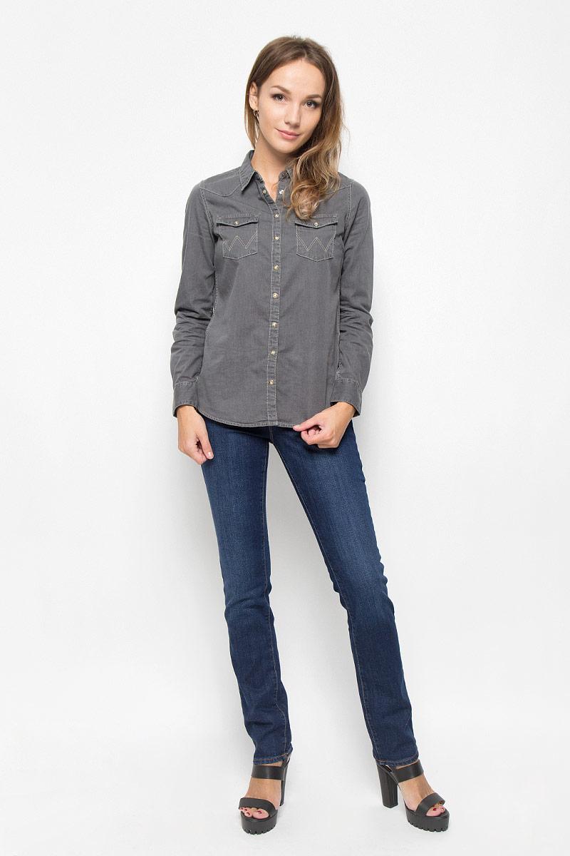 ДжинсыW24SX479GСтильные женские джинсы Wrangler Drew станут отличным дополнением к вашему гардеробу. Изготовленные из хлопка с добавлением эластана, они мягкие и приятные на ощупь, не сковывают движения и позволяют коже дышать. Джинсы прямого кроя по поясу застегиваются на металлическую пуговицу и имеют ширинку на застежке-молнии, а также шлевки для ремня. Модель имеет классический пятикарманный крой: спереди - два втачных кармана и один маленький накладной, а сзади - два накладных кармана. Изделие оформлено контрастной отстрочкой и легкими потертостями. Современный дизайн и расцветка делают эти джинсы модным предметом одежды. Это идеальный вариант для тех, кто хочет заявить о себе и своей индивидуальности и отразить в имидже собственное мировоззрение.