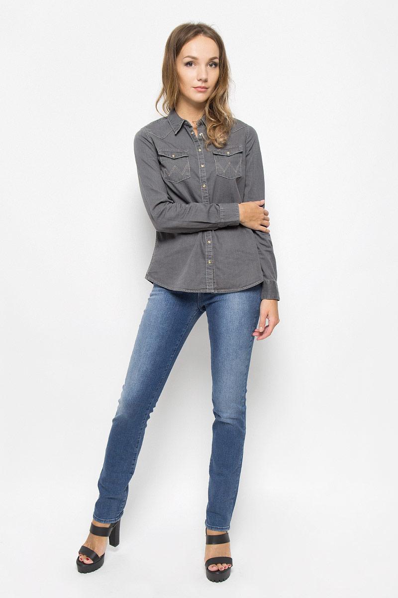 ДжинсыW24SX779IСтильные женские джинсы Wrangler Drew станут отличным дополнением к вашему гардеробу. Изготовленные из высококачественного комбинированного материала, они мягкие и приятные на ощупь, не сковывают движения и позволяют коже дышать. Джинсы прямого кроя застегиваются на пуговицу в поясе и ширинку на застежке-молнии. На поясе имеются шлевки для ремня. Модель имеет классический пятикарманный крой: спереди - два втачных кармана и один маленький накладной, а сзади - два накладных кармана. Изделие оформлено эффектом потертости.