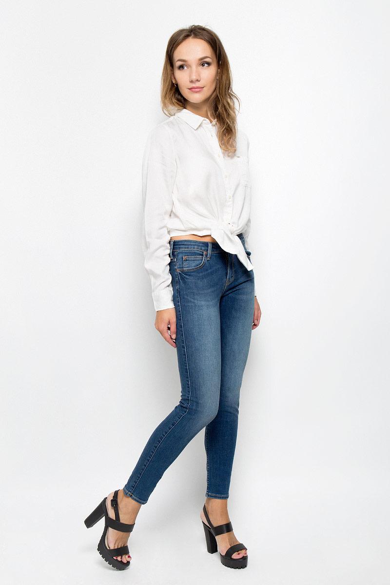Джинсы женские Lee Scarlett, цвет: синий. L526HAKE. Размер 29-35 (44/46-35)L526HAKEСтильные женские джинсы Lee Scarlett станут отличным дополнением к вашему гардеробу. Изготовленные из высококачественного комбинированного материала, они мягкие и приятные на ощупь, не сковывают движения и позволяют коже дышать. Джинсы-скинни по поясу застегиваются на металлическую пуговицу и имеют ширинку на застежке-молнии, а также шлевки для ремня. Модель имеет классический пятикарманный крой: спереди - два втачных кармана и один маленький накладной, а сзади - два накладных кармана. Джинсы оформлены контрастной отстрочкой и легкими потертостями.Современный дизайн и расцветка делают эти джинсы модным предметом одежды. Это идеальный вариант для тех, кто хочет заявить о себе и своей индивидуальности и отразить в имидже собственное мировоззрение.