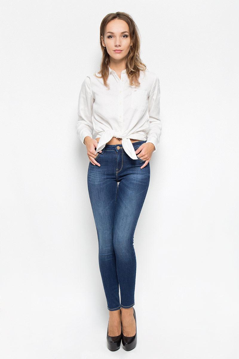 Джинсы женские Lee Jodee, цвет: темно-синий. L529HAIM. Размер 27-31 (42/44-31)L529HAIMСтильные женские джинсы Lee Jodee станут отличным дополнением к вашему гардеробу. Изготовленные из высококачественного комбинированного материала, они мягкие и приятные на ощупь, не сковывают движения и позволяют коже дышать. Джинсы-скинни по поясу застегиваются на металлическую пуговицу и имеют ширинку на застежке-молнии, а также шлевки для ремня. Модель имеет классический пятикарманный крой: спереди - два втачных кармана и один маленький накладной, а сзади - два накладных кармана. Джинсы оформлены контрастной отстрочкой и легкими потертостями.Современный дизайн и расцветка делают эти джинсы модным предметом одежды. Это идеальный вариант для тех, кто хочет заявить о себе и своей индивидуальности и отразить в имидже собственное мировоззрение.