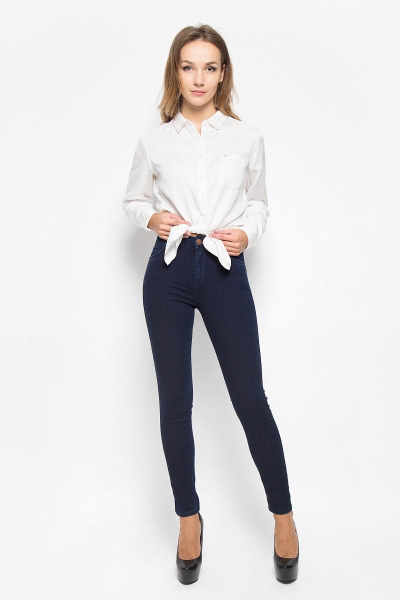 Джинсы женские Lee Scarlett High, цвет: темно-синий. L626YKMF. Размер 27-33 (42/44-33)L626YKMFСтильные женские джинсы Lee Scarlett High станут отличным дополнением к вашему гардеробу. Изготовленные из высококачественного комбинированного материала, они мягкие и приятные на ощупь, не сковывают движения и позволяют коже дышать. Джинсы-скинни по поясу застегиваются на металлическую пуговицу и имеют ширинку на застежке-молнии, а также шлевки для ремня. Модель имеет классический пятикарманный крой: спереди - два втачных кармана и один маленький накладной, а сзади - два накладных кармана.Современный дизайн и расцветка делают эти джинсы модным предметом одежды. Это идеальный вариант для тех, кто хочет заявить о себе и своей индивидуальности и отразить в имидже собственное мировоззрение.