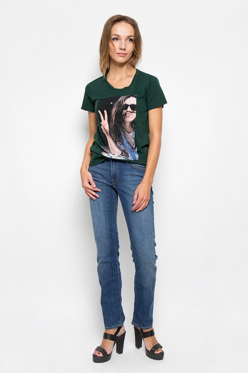 ДжинсыL301AAMLСтильные женские джинсы Lee Marion Straight станут отличным дополнением к вашему гардеробу. Изготовленные из высококачественного комбинированного материала, они мягкие и приятные на ощупь, не сковывают движения и позволяют коже дышать. Джинсы по поясу застегиваются на металлическую пуговицу и имеют ширинку на застежке-молнии, а также шлевки для ремня. Модель имеет классический пятикарманный крой: спереди - два втачных кармана и один маленький накладной, а сзади - два накладных кармана. Изделие оформлено потертостями и контрастной отстрочкой. Современный дизайн и расцветка делают эти джинсы модным предметом одежды. Это идеальный вариант для тех, кто хочет заявить о себе и своей индивидуальности и отразить в имидже собственное мировоззрение.