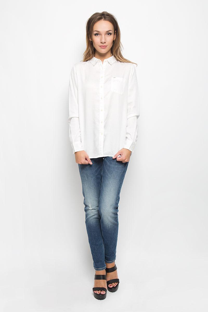 РубашкаL45QLCHAСтильная женская рубашка Lee, выполненная из высококачественного материала, прекрасно подойдет для повседневной носки. Материал очень мягкий и приятный на ощупь, не сковывает движения и позволяет коже дышать. Рубашка свободного кроя с отложным воротником и длинными рукавами застегивается на пуговицы по всей длине. Рукава дополнены манжетами на пуговицах. Спереди модель оформлена накладным карманом с брендовой нашивкой. Такая рубашка будет дарить вам комфорт в течение всего дня и станет модным дополнением к вашему гардеробу.