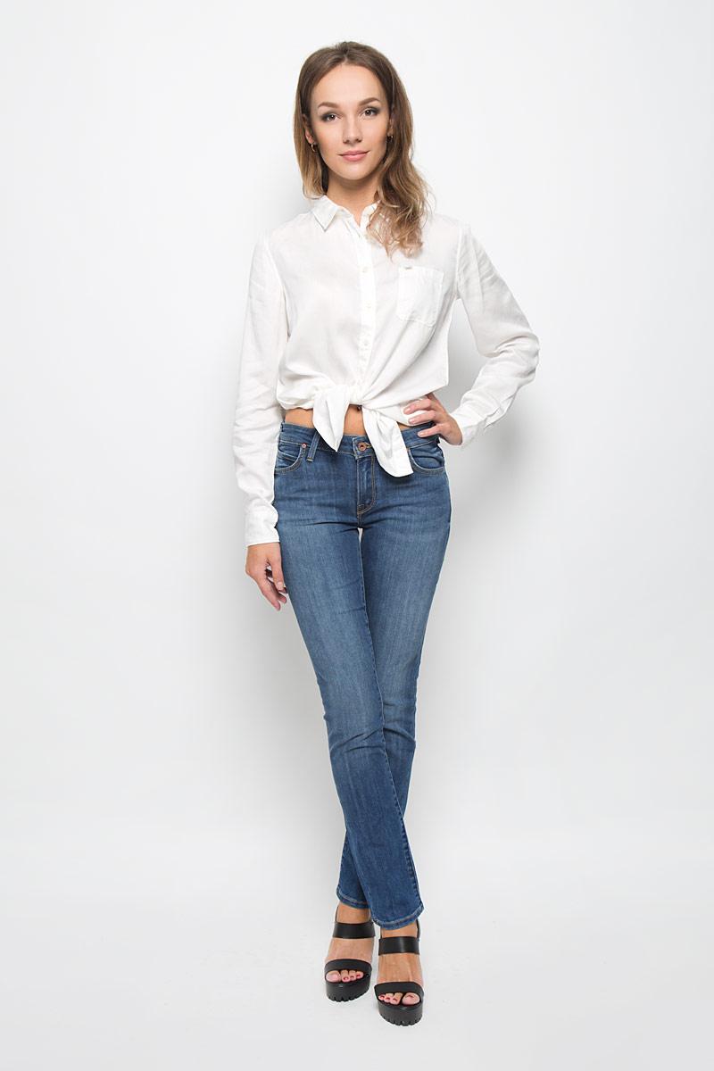 ДжинсыL314AAMLСтильные женские джинсы Lee Jade Seasonal подчеркнут ваш уникальный стиль и помогут создать оригинальный женственный образ. Модель выполнена из высококачественного эластичного хлопка, что обеспечивает комфорт и удобство при носке. Джинсы-слим стандартной посадки застегиваются на пуговицу в поясе и ширинку на застежке-молнии. На поясе предусмотрены шлевки для ремня. Джинсы имеют классический пятикарманный крой: спереди модель оформлена двумя втачными карманами и одним маленьким накладным кармашком, а сзади - двумя накладными карманами. Модель оформлена контрастной прострочкой, перманентными складками и эффектом потертости. Эти модные и в тоже время комфортные джинсы послужат отличным дополнением к вашему гардеробу.