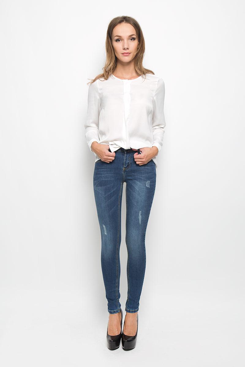 Джинсы женские Baon, цвет: синий. B306503. Размер 29 (46)B306503Стильные женские джинсы Baon - это джинсы высочайшего качества, которые прекрасно сидят. Они выполнены из высококачественного эластичного хлопка, что обеспечивает комфорт и удобство при носке. Модные джинсы скинни станут отличным дополнением к вашему современному образу. Джинсы застегиваются на пуговицу в поясе и ширинку на застежке-молнии, имеют шлевки для ремня. Джинсы имеют классический пятикарманный крой: спереди модель оформлена двумя втачными карманами и одним маленьким накладным кармашком, а сзади - двумя накладными карманами. Изделие украшено легкими потертостями.Эти модные и в то же время комфортные джинсы послужат отличным дополнением к вашему гардеробу.
