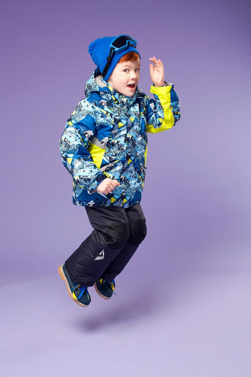 Комплект одежды для мальчика OLDOS ACTIVE Аркел: куртка, полукомбинезон, цвет: синий, салатовый. 16/OA-1SU427-1. Размер 92, 2 года16/OA-1SU427Долговечный и технологичный зимний костюм Аркел от OLDOS ACTIVE состоит из куртки и полукомбинезона. Покрытие Teflon на ткани костюма надежно защищает его от снега и грязи, увеличивает износостойкость и облегчает уход за изделием. Мембрана 5000/5000 обеспечивает водонепроницаемость, выведение влаги и комфорт. Гипоаллергенный утеплитель HOLLOFAN PRO плотностью 200 г/м2 в куртке и 150 г/м2 в штанах тоньше обычного, зато эффективнее удерживает тепло. Температурный режим -30°С...+5°С. На спинке, груди, воротнике-стойке и в съемном капюшоне куртки есть мягкая, приятная на ощупь флисовая подкладка, помогающая мембранной ткани работать в полную силу. В рукавах куртки и полукомбинезоне - гладкий полиэстер для легкости одевания. Функционал куртки продуман до мелочей: двойная ветрозащитная планка по всей длине молнии с защитой подбородка, противоснежная юбка с антискользящей резинкой, регулируемые манжеты на липучке и резинке, эластичная мягкая внутренняя манжета с отверстием для большого пальца, воротник-стойка, съемный капюшон с регулировкой объема, врезные карманы на молнии, внутренний карман с липучкой, регулировка по низу куртки. Полукомбинезон также очень практичен: застежка-молния, открытые карманы без молний, широкие эластичные регулируемые подтяжки, внутренняя эластичная резинка на талии для лучшего прилегания, противоснежная муфта с антискользящей резинкой, усиления на коленях и внизу брючин в местах особого износа. Кроме того, в этом костюме есть все, что нужно для безопасных прогулок даже в темное время суток: светоотражающие элементы на куртке и на брюках, а также нашивка-потеряшка, на которой можно написать имя малыша и телефоны родителей.