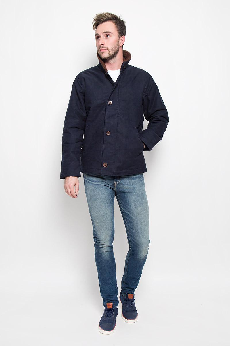 Куртка2768900010Стильная мужская куртка Levis® превосходно подойдет для прохладных дней. Куртка выполнена из качественного хлопка с теплой подкладкой из шерсти, она отлично защищает от дождя, снега и ветра, а наполнитель из полиэстера превосходно сохраняет тепло. Модель с длинными рукавами и отложным воротником застегивается на застежку-молнию спереди и имеет ветрозащитный клапан на пуговицах. Изделие дополнено двумя втачными карманами спереди. Рукава дополнены манжетными резинками, для большей защищенности рук от холода. Воротник и и подкладка выполнены из шерсти. Эта модная и в то же время комфортная куртка согреет вас в холодное время года и отлично подойдет как для прогулок, так и для активного отдыха.