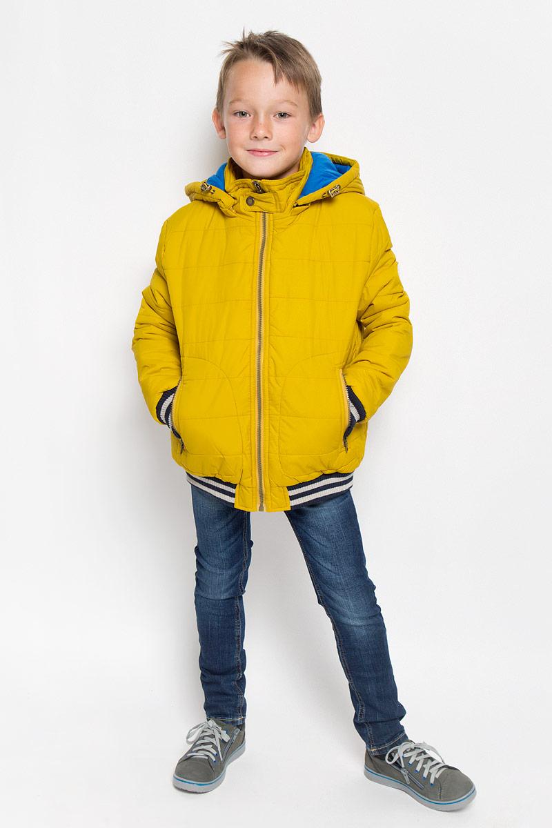 КурткаCp-826/101-6312Модная куртка Sela согреет вашего мальчика в прохладную погоду и позволит ему выделиться из толпы. Модель выполнена из 100% нейлона. Подкладка и утеплитель из 100% полиэстера сохранят тепло. Модель с воротником-стойкой застегивается на пластиковую застежку-молнию, сверху - на хлястик с застежкой-кнопкой. Съемный капюшон, дополненный эластичным шнурком со стопперами, пристегивается в куртке с помощью застежки-молнии. Задняя часть капюшона оснащена хлястиком с застежками-кнопками. Спереди куртка дополнена двумя прорезными карманами с застежками-молниями. Манжеты рукавов и низ модели дополнены эластичными резинками. Один из рукавов оформлен светоотражающей нашивкой. Светоотражающие вставки увеличивают безопасность вашего мальчика в темное время суток. Такая модная куртка займет достойное место в гардеробе вашего мальчика, в ней ему будет удобно и комфортно.