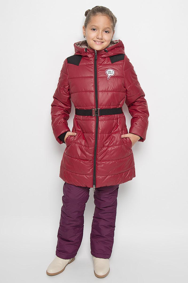 Пальто для девочки Boom!, цвет: темно-красный. 64050_BOG_вар.2. Размер 104, 3-4 года64050_BOG_вар.2Модное пальто Boom! станет отличным дополнением к гардеробу вашей дочурки. Пальто изготовлено из 100% полиэстера, подкладка - из полиэстера с добавлением вискозы. В качестве утеплителя используется синтепон - 100% полиэстер. Пальто с капюшоном, дополненным эластичным шнурком со стопперами, застегивается на застежку-молнию. По бокам расположены прорезные карманы. Манжеты рукавов можно подворачивать. Нижняя часть модели с внутренней стороны присборена на эластичные резинки. На груди изделие оформлено декоративной нашивкой, один из рукавов и нижняя часть спинки - светоотражающими фирменными нашивками. Пальто дополнено эластичным поясом с металлической застежкой. Такое стильное пальто станет прекрасным дополнением к гардеробу вашей девочки, оно подарит комфорт и тепло.