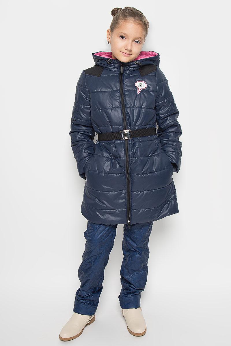 Пальто для девочки Boom!, цвет: темно-синий. 64050_BOG_вар.1. Размер 98, 3-4 года64050_BOG_вар.1Модное пальто Boom! станет отличным дополнением к гардеробу вашей дочурки. Пальто изготовлено из 100% полиэстера, подкладка - из полиэстера с добавлением вискозы. В качестве утеплителя используется синтепон - 100% полиэстер. Пальто с капюшоном, дополненным эластичным шнурком со стопперами, застегивается на застежку-молнию. По бокам расположены прорезные карманы. Манжеты рукавов можно подворачивать. Нижняя часть модели с внутренней стороны присборена на эластичные резинки. На груди изделие оформлено декоративной нашивкой, один из рукавов и нижняя часть спинки - светоотражающими фирменными нашивками. Пальто дополнено эластичным поясом с металлической застежкой. Такое стильное пальто станет прекрасным дополнением к гардеробу вашей девочки, оно подарит комфорт и тепло.