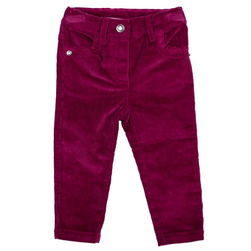 Брюки368058Стильные брюки для девочки выполнены из вельвета. Модель зауженного кроя застегивается на кнопку, пояс на резинке имеет шлевки для ремня. Изделие дополнено четырьмя функциональными карманами: двумя втачными спереди и двумя накладными сзади. Передние кармашки оформлены нежным гипюром в тон.
