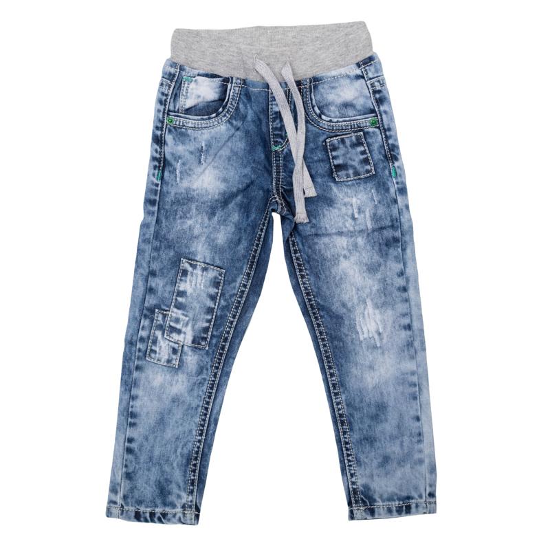Джинсы367009Удобные джинсы для мальчика выполнены из натурального хлопка в стиле вареных джинсов 90-х годов и оформлены декоративными заплатками. Джинсы зауженного кроя и стандартной посадки на талии имеют пояс на широкой трикотажной резинке, дополнительно регулируемый шнурком. Модель представляет собой классическую пятикарманку: два втачных и один маленький накладной кармашек спереди и два накладных кармана сзади.