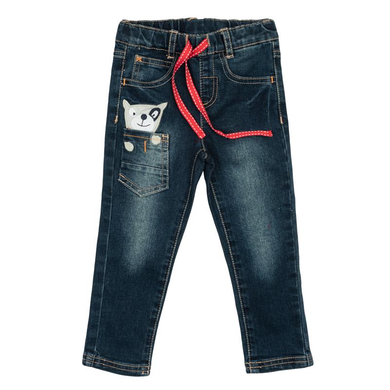 Джинсы367058Стильные джинсы для мальчика с эффектом потертостей. Джинсы зауженного кроя и стандартной посадки на талии имеют пояс на резинке, дополнительно регулируемый тесьмой, и шлевки для ремня. Модель представляет собой классическую пятикарманку: два втачных и один маленький накладной кармашек спереди и два накладных кармана сзади. Дополнительно изделие дополнено накладным кармашком, украшенным забавной вышивкой, будто из него выглядывает маленькая собачка.