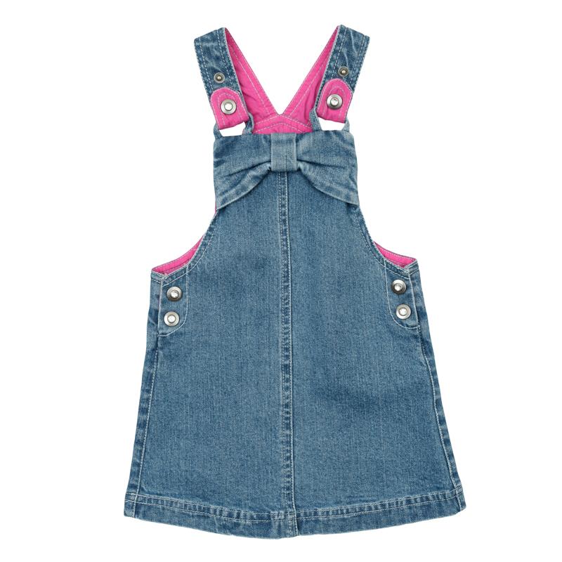Сарафан368065Стильный сарафан для девочки выполнен из комфортного джинсового материала и оформлен бантиком и стразами. Яркая хлопковая подкладка обеспечивает дополнительное удобство и придает модели оригинальность. Изделие застегивается на кнопки по бокам, бретели регулируются по длине. Универсальный цвет позволяет сочетать модель с любой одеждой.