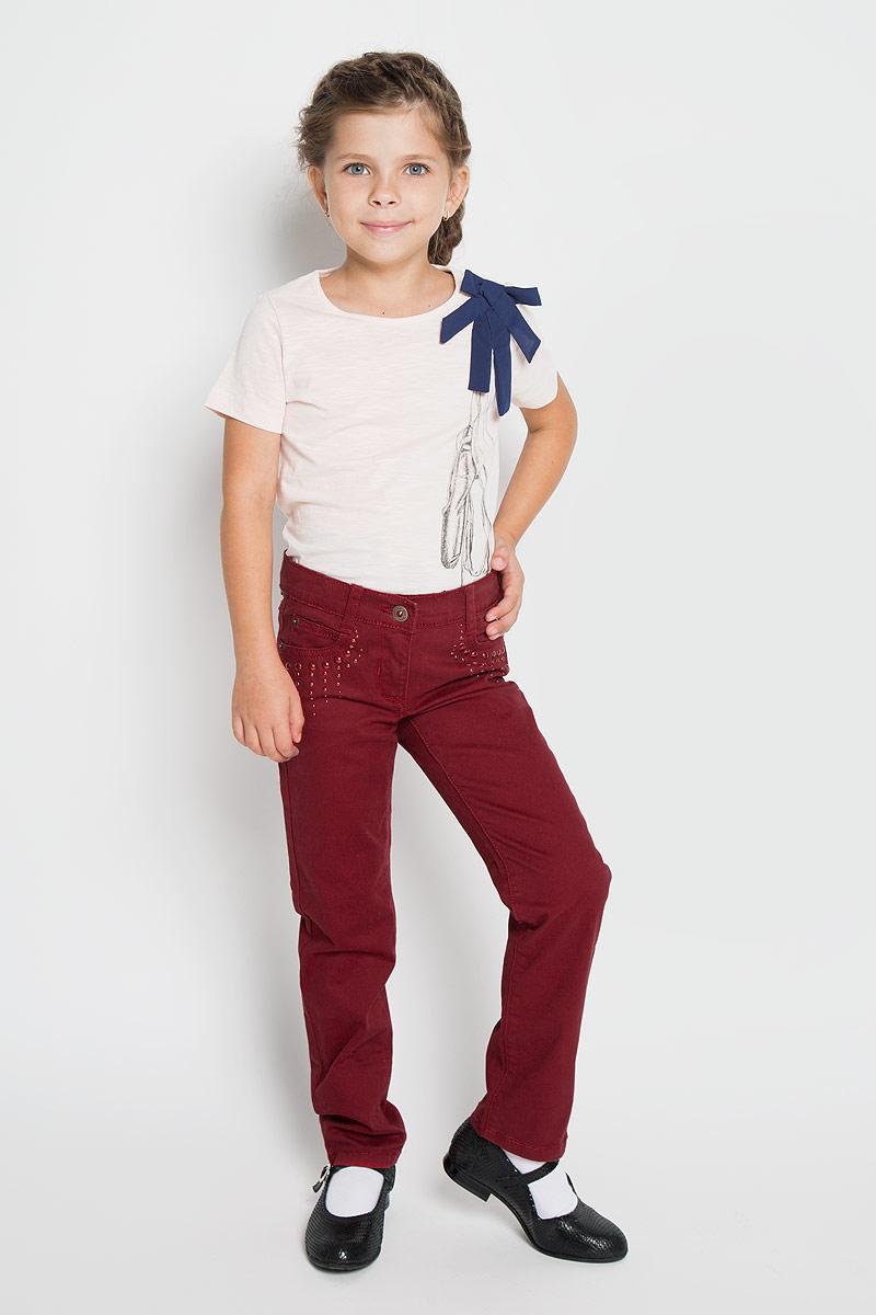 Джинсы362010Удобные джинсы PlayToday для девочки идеально подойдут вашей маленькой моднице. Изготовленные из эластичного хлопка, они мягкие и приятные на ощупь, не сковывают движения, сохраняют тепло и позволяют коже дышать, обеспечивая наибольший комфорт. Джинсы прямого покроя на талии застегиваются на металлическую пуговицу, также имеются ширинка на застежке-молнии и шлевки для ремня. С внутренней стороны пояс регулируется резинкой на пуговицах. Спереди джинсы дополнены двумя втачными карманами со скошенными краями и маленьким накладным кармашком, а сзади - двумя накладными карманами. Передние карманы украшены металлическими клепками разных размеров. Современный дизайн и расцветка делают эти джинсы стильным и практичным предметом детского гардероба. В них ваш ребенок всегда будет в центре внимания!