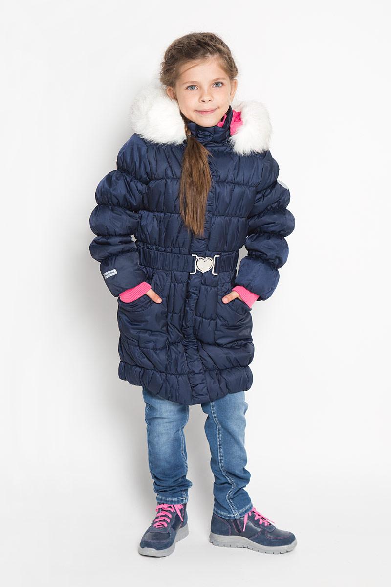 Пальто362102Стильное пальто для девочки PlayToday идеально подойдет для ребенка в прохладное время года. Модель изготовлена из водоотталкивающей и ветрозащитной ткани и утеплена синтепоном (100% полиэстер). Эластичная стежка создает отличную посадку по фигуре и увеличивает теплозащитные свойства. Пальто с капюшоном и небольшим воротником-стойкой застегивается на застежку-молнию с ветрозащитным клапаном на кнопках и дополнительно имеет внутренний ветрозащитный клапан, а также защиту подбородка. Капюшон оформлен искусственным мехом и в случае необходимости его можно отстегнуть. Низ рукавов дополнен эластичными манжетами, не стягивающими запястья. Низ изделия собран на резинку. Спереди модель дополнена двумя накладными карманами. На внутренней стороне изделия расположен небольшой накладной карман на липучке. Рукав оформлен фирменной светоотражающей нашивкой. Пальто дополнено съемным эластичным поясом. Такое стильное пальто станет прекрасным дополнением гардеробу вашей девочки, оно подарит...
