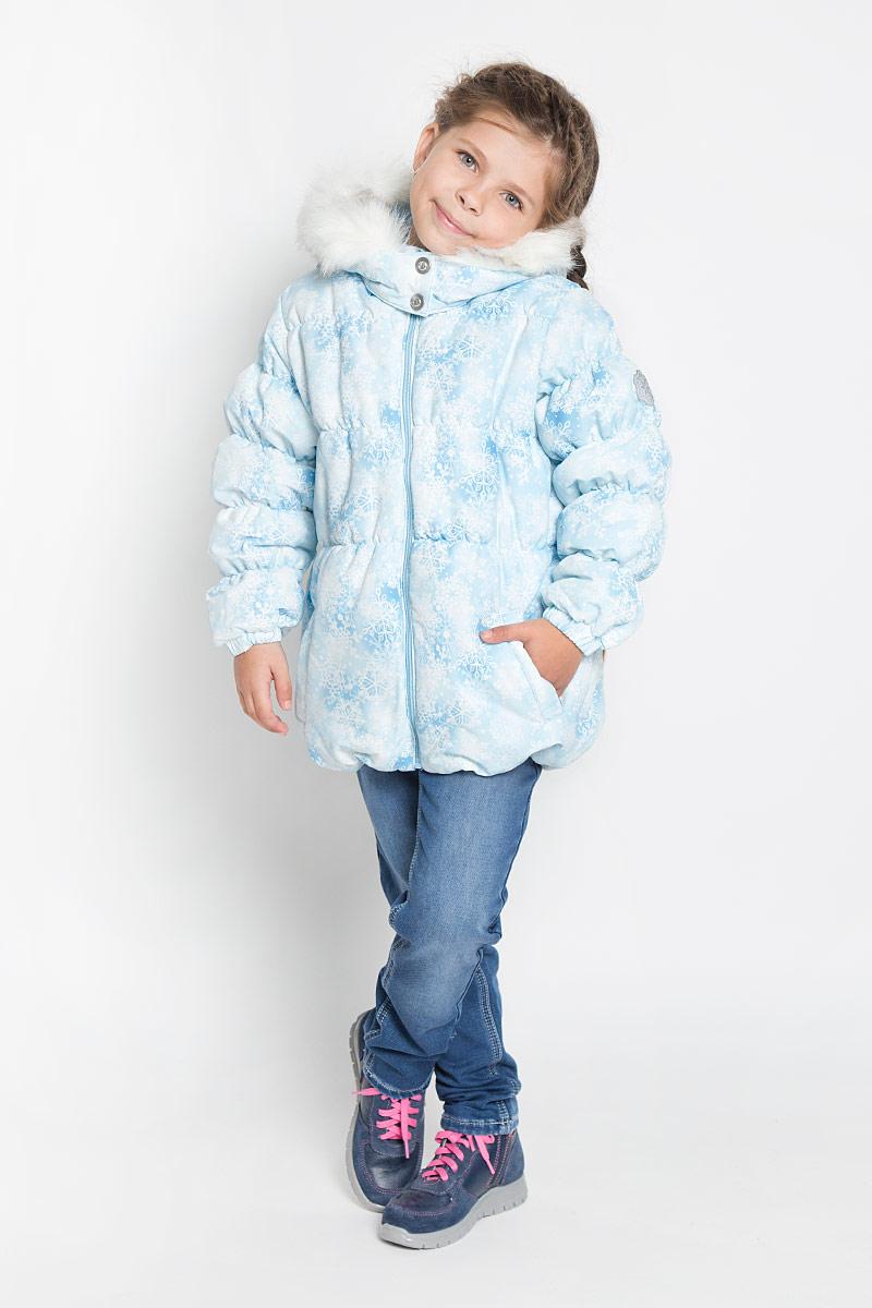 Куртка362103Утепленная куртка для девочки PlayToday идеально подойдет для ребенка в прохладное время года. Куртка изготовлена из водоотталкивающей и ветрозащитной ткани и утеплена синтепоном (100% полиэстер). В качестве подкладки также используется 100% полиэстер. Куртка с капюшоном и небольшим воротником-стойкой застегивается на пластиковую застежку-молнию и дополнительно имеет внутренний ветрозащитный клапан, а также защиту подбородка. Капюшон застегивается на кнопки и по краю оформлен искусственным мехом. В случае необходимости капюшон можно отстегнуть. Низ рукавов обработан манжетами на резинках. Спереди курточка дополнена двумя прорезными карманами. Понизу и линии талии изделие собрано на резинку. Модель оформлена нежным оригинальным принтом в виде снежинок. На левом рукаве расположена небольшая нашивка в виде снежинки. В такой куртке ваша маленькая принцесса будет чувствовать себя комфортно, уютно и всегда будет в центре внимания!