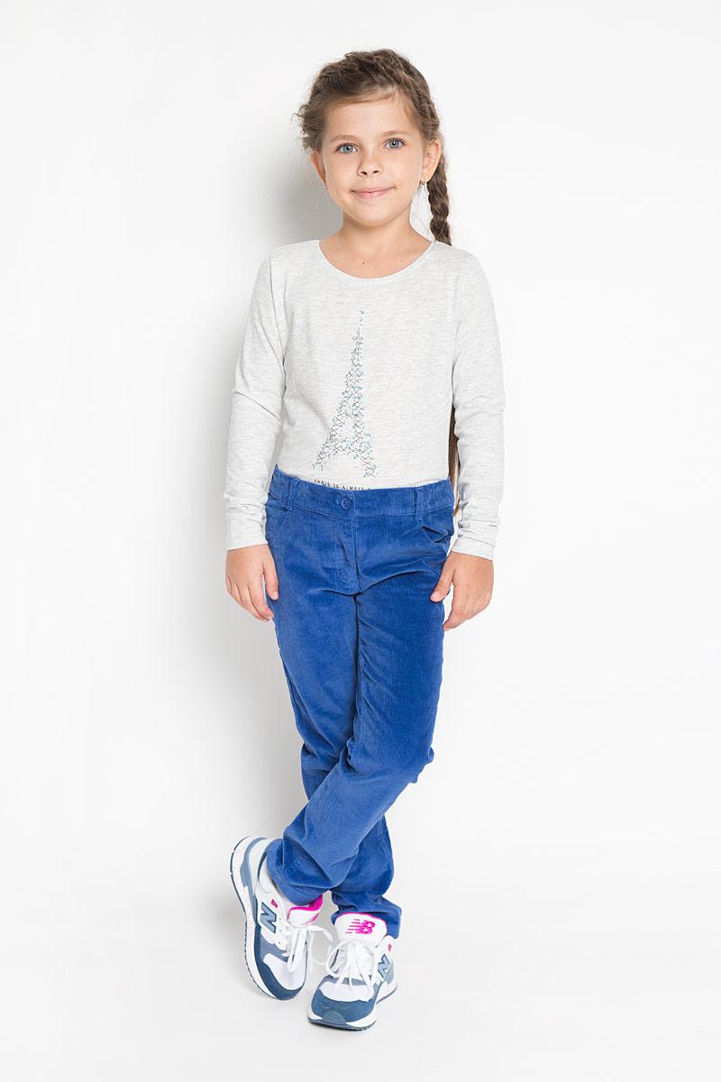 Брюки362172Стильные брюки PlayToday идеально подойдут вашей моднице как для школы, так и для прогулок. Изготовленные из хлопка с добавлением эластана, они необычайно мягкие и приятные на ощупь, не сковывают движения и позволяют коже дышать, не раздражают даже самую нежную и чувствительную кожу ребенка, обеспечивая наибольший комфорт. Брюки прямого кроя застегиваются на пуговицу в поясе и ширинку на застежке-молнии. С внутренней стороны в поясе предусмотрена регулируемая эластичная резинка, позволяющая подогнать модель по фигуре. На поясе предусмотрены шлевки для ремня. Модель дополнена спереди двумя втачными карманами и маленьким накладным кармашком, сзади - двумя накладными карманами. Современный дизайн и расцветка делают эти брюки стильным предметом детского гардероба. В них ваш ребенок всегда будет в центре внимания!