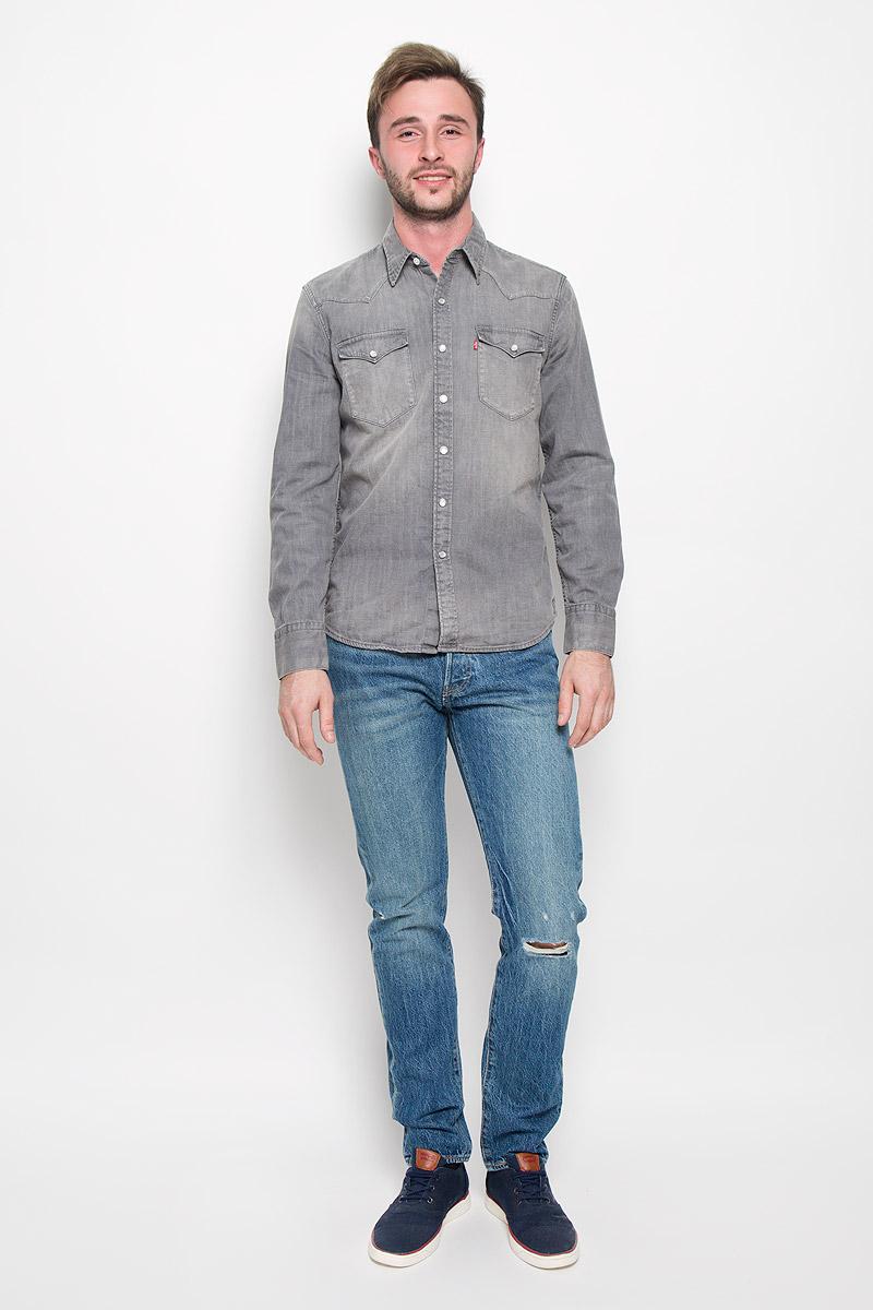 Рубашка6581601600Мужская рубашка Levis® прекрасно подойдет для повседневной носки. Изделие выполнено из натурального хлопка, необычайно мягкое и приятное на ощупь, не сковывает движения и хорошо пропускает воздух. Рубашка с отложным воротником и длинными рукавами застегивается на кнопки и одну пуговицу спереди. Модель оснащена нагрудными карманами с клапанами на кнопках. Манжеты рукавов также дополнены застежками- кнопками. Материал изделия стилизован под джинсовую ткань. Такая рубашка будет дарить вам комфорт в течение всего дня и станет стильным дополнением к вашему гардеробу.