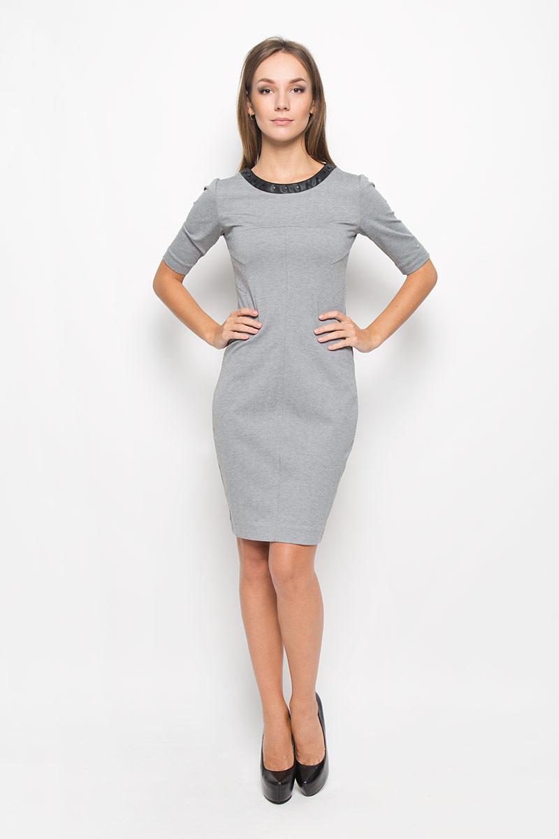 ПлатьеA16-12110_705Платье Calvin Klein Jeans поможет создать стильный образ. Платье изготовлено из полиэстера с добавлением вискозы и эластана, тактильно приятное, хорошо пропускает воздух. Платье-миди с круглым вырезом горловины и короткими рукавами застегивается по спинке на застежку-молнию. Модель оформлена декоративными элементами по горловине и низу, а также вышитым логотипом бренда на левом рукаве. Стильный дизайн и высокое качество исполнения принесут удовольствие от покупки. Модель подарит вам комфорт в течение всего дня!