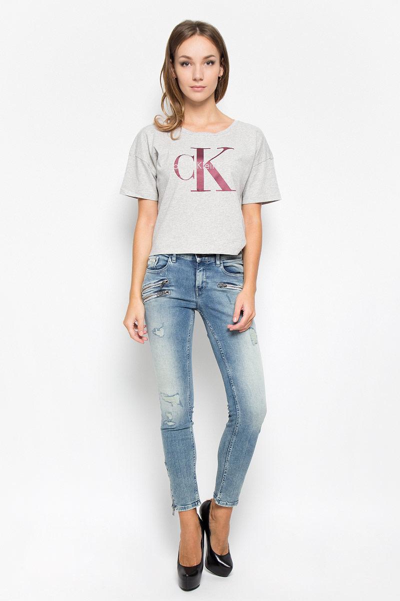 ДжинсыA16-12109_201Женские джинсы Calvin Klein Jeans изготовлены из хлопка с добавлением полиэстера и эластана. Они мягкие и приятные на ощупь, не стесняют движений и позволяют коже дышать, обеспечивая комфорт при носке. Джинсы-скинни застегиваются на металлическую пуговицу и имеют ширинку на застежке-молнии. На поясе предусмотрены шлевки для ремня. Спереди расположены два втачных кармана и один маленький накладной, сзади - два накладных кармана. Спереди джинсы оформлены декоративными молниями. Низ брючин дополнен застежками-молниями. Модель оформлена потертостями и рваным эффектом. Высокое качество кроя и пошива, актуальный дизайн и расцветка придают изделию неповторимый стиль и индивидуальность. Джинсы займут достойное место в вашем гардеробе!