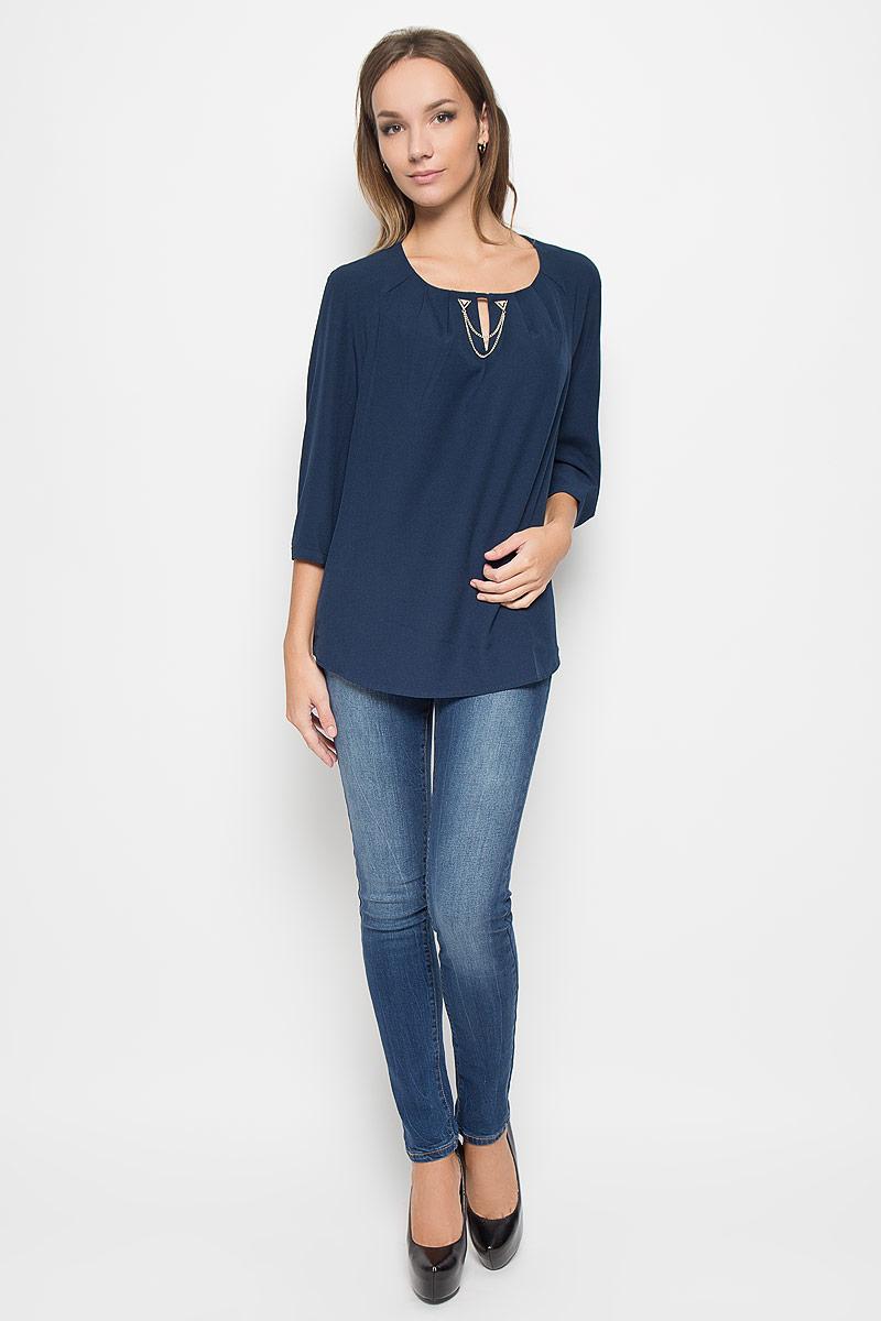 Блузка женская Finn Flare, цвет: темно-синий. A16-11056_140. Размер XXL (52)A16-11056_140Стильная женская блуза Finn Flare, выполненная из высококачественного эластичного полиэстера, подчеркнет ваш уникальный стиль и поможет создать оригинальный женственный образ.Блузка свободного кроя с круглым вырезом горловины и рукавами-реглан длиною 3/4. От линии горловины заложены складки, что придает изделию воздушности. На манжетах предусмотрены застежки-пуговицы. Модель оформлена небольшим разрезом на груди и декоративной металлической цепочкой. Такая блузка будет дарить вам комфорт в течение всего дня и послужит замечательным дополнением к вашему гардеробу.