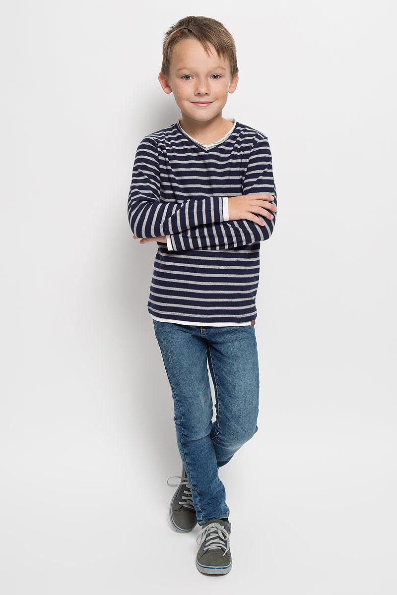 Футболка с длинным рукавом1035347.40.82_6811Лонгслив для мальчика Tom Tailor, выполненный из хлопка с добавлением полиэстера, станет стильным дополнением к детскому гардеробу. Материал мягкий и приятный на ощупь, не сковывает движения и хорошо пропускает воздух, обеспечивая комфорт. Модель с V-образным вырезом горловины и длинными рукавами оформлена принтом в полоску. Вырез горловины дополнен двойной окантовкой с необработанным краем. По краям рукавов и по низу изделия предусмотрены вставки контрастного цвета, создающие эффект 2 в 1. Украшена модель фирменной нашивкой. Современный дизайн, отличное качество и расцветка делают этот лонгслив модным и стильным предметом детской одежды. Его обладатель всегда будет в центре внимания!