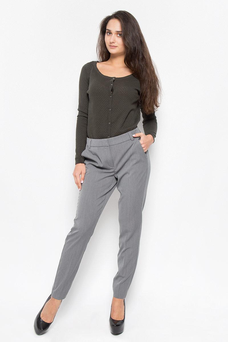 Брюки10146832_Medium Grey MelangeСтильные женские брюки Vero Moda - это изделие высочайшего качества, которое превосходно сидит и подчеркнет все достоинства вашей фигуры. Свободные брюки стандартной посадки выполнены из полиэстера с добавлением вискозы и эластана, что обеспечивает комфорт и удобство при носке. Брюки застегиваются на один крючок, пуговицу в поясе и ширинку на застежке-молнии. Брюки оформлены стрелками и дополнены двумя втачными карманами спереди и двумя втачными карманами-обманками сзади. Эти модные и в то же время комфортные брюки послужат отличным дополнением к вашему гардеробу и помогут создать неповторимый современный образ.