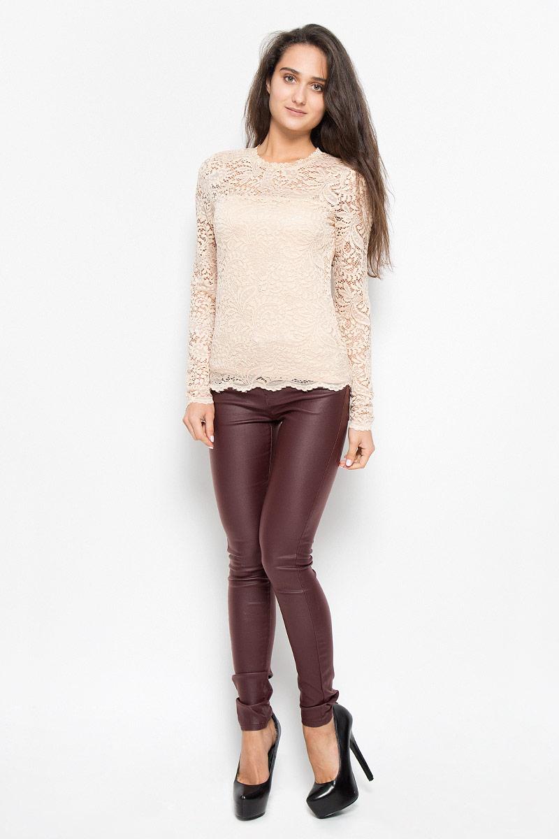 Блузка10160868_BlackСтильная женская блузка Vero Moda, выполненная из полупрозрачного эластичного материала с подкладной из 100% полиэстера, подчеркнет ваш уникальный стиль и поможет создать оригинальный женственный образ. Блузка приталенного кроя с длинными рукавами и круглым вырезом горловины на спинке застегивается на пуговицу. Такая блузка будет дарить вам комфорт в течение всего дня и послужит замечательным дополнением к вашему гардеробу.