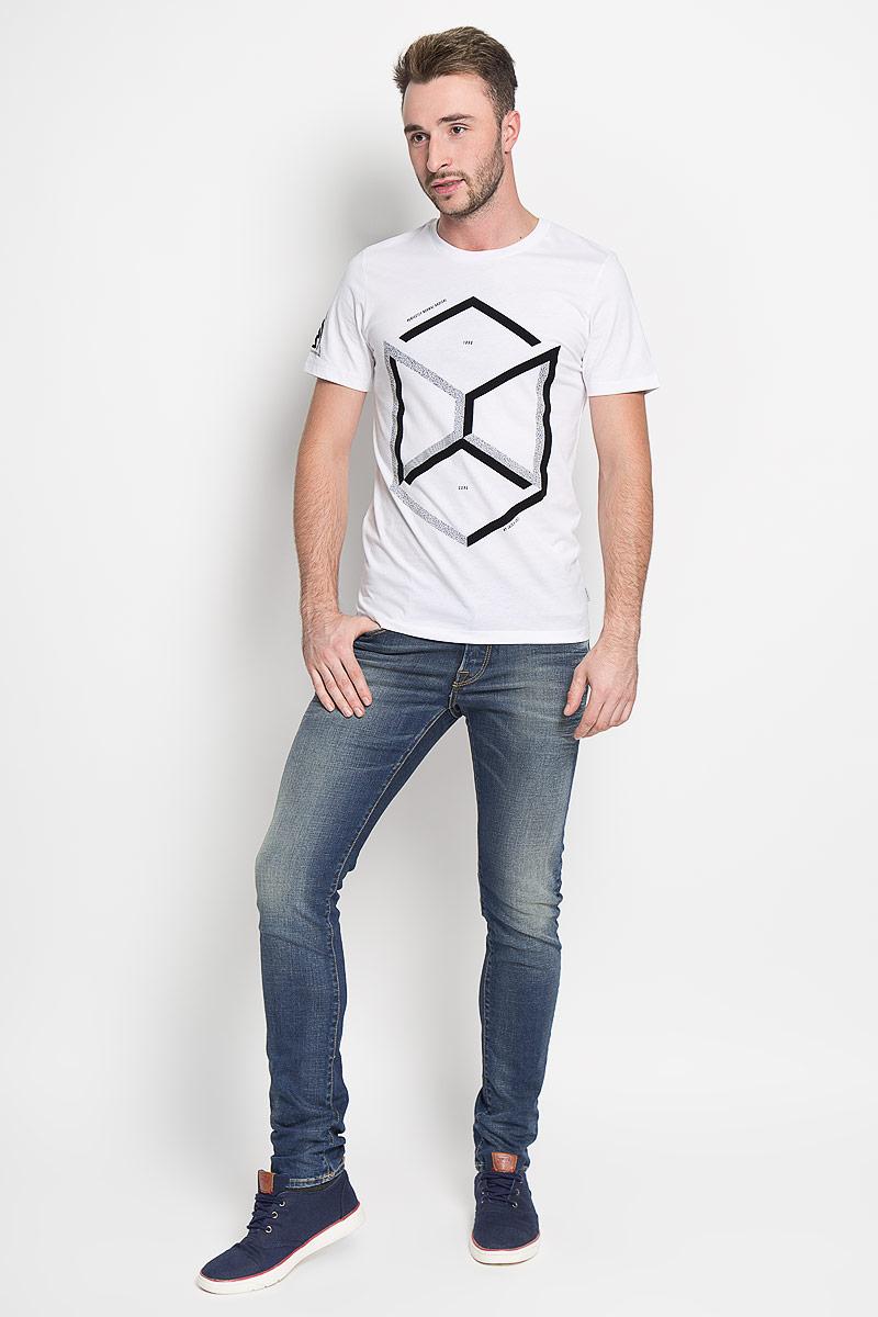 Джинсы мужские Jack & Jones, цвет: синий. 12111024. Размер 30-32 (44-32)12111024_Blue DenimМодные мужские джинсы Jack & Jones - это джинсы высочайшего качества, которые прекрасно сидят. Они выполнены из высококачественного эластичного хлопка, что обеспечивает комфорт и удобство при носке. Джинсы-слим станут отличным дополнением к вашему современному образу. Джинсы застегиваются на пуговицу в поясе и ширинку на пуговицах, дополнены шлевками для ремня. Джинсы имеют классический пятикарманный крой: спереди модель дополнена двумя втачными карманами и одним маленьким накладным кармашком, а сзади - двумя накладными карманами. Модель оформлена перманентными складками и эффектом потертости.Эти модные и в то же время комфортные джинсы послужат отличным дополнением к вашему гардеробу.