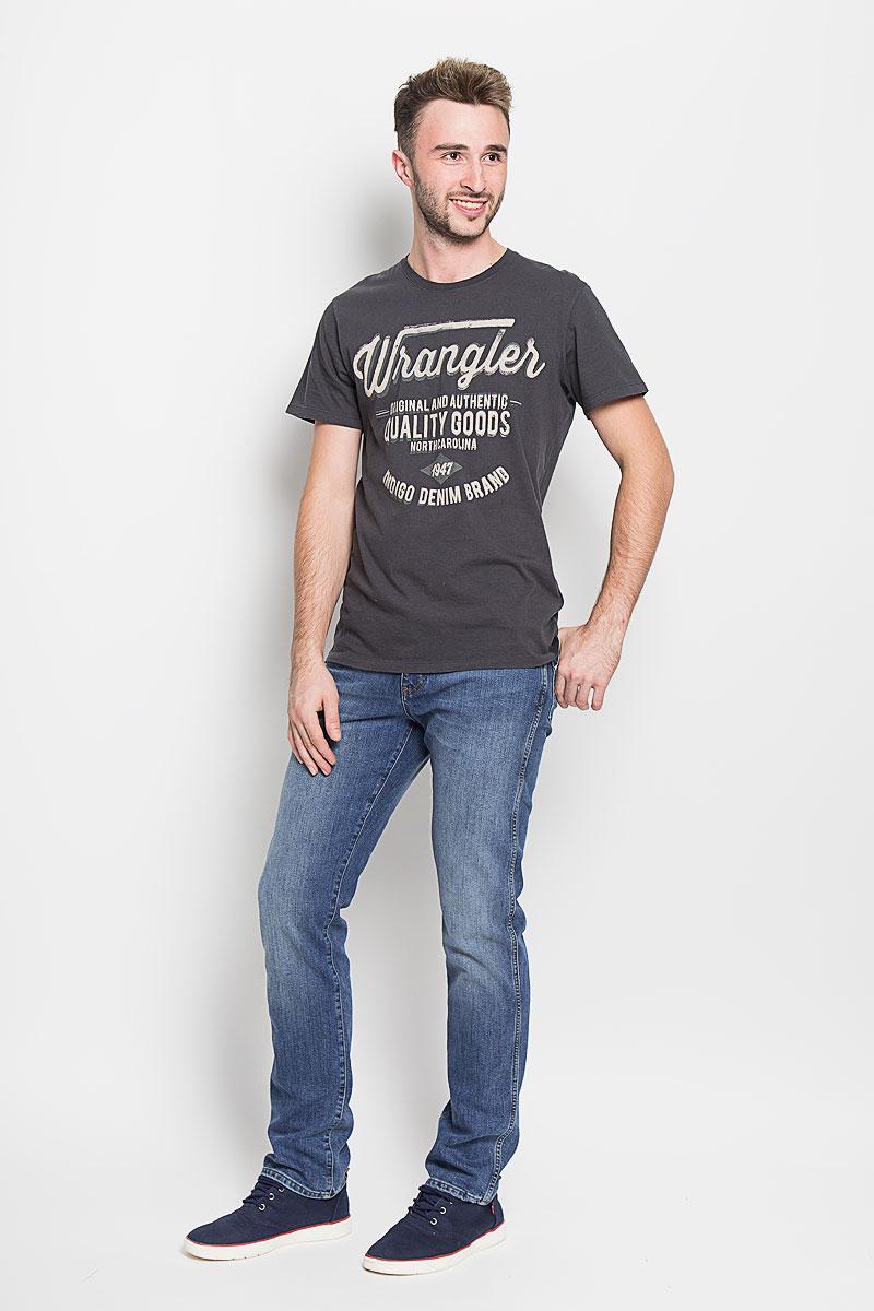 ДжинсыW121BR77KМодные мужские джинсы Wrangler - джинсы высочайшего качества на каждый день, которые прекрасно сидят. Модель прямого кроя и стандартной посадки изготовлена из эластичного хлопка с добавлением полиэстера и эластана. Застегиваются джинсы на молнию и пуговицу на поясе, также имеются шлевки для ремня. Спереди модель дополнена двумя втачными карманами и одним небольшим накладным кармашком, а сзади - двумя накладными карманами. Оформлено изделие эффектом потертости, металлическими клепками с логотипом бренда, контрастной прострочкой, перманентными складками и фирменной нашивкой на заднем кармане. Эти стильные и в то же время комфортные джинсы послужат отличным дополнением к вашему гардеробу. В них вы всегда будете чувствовать себя уютно и комфортно.