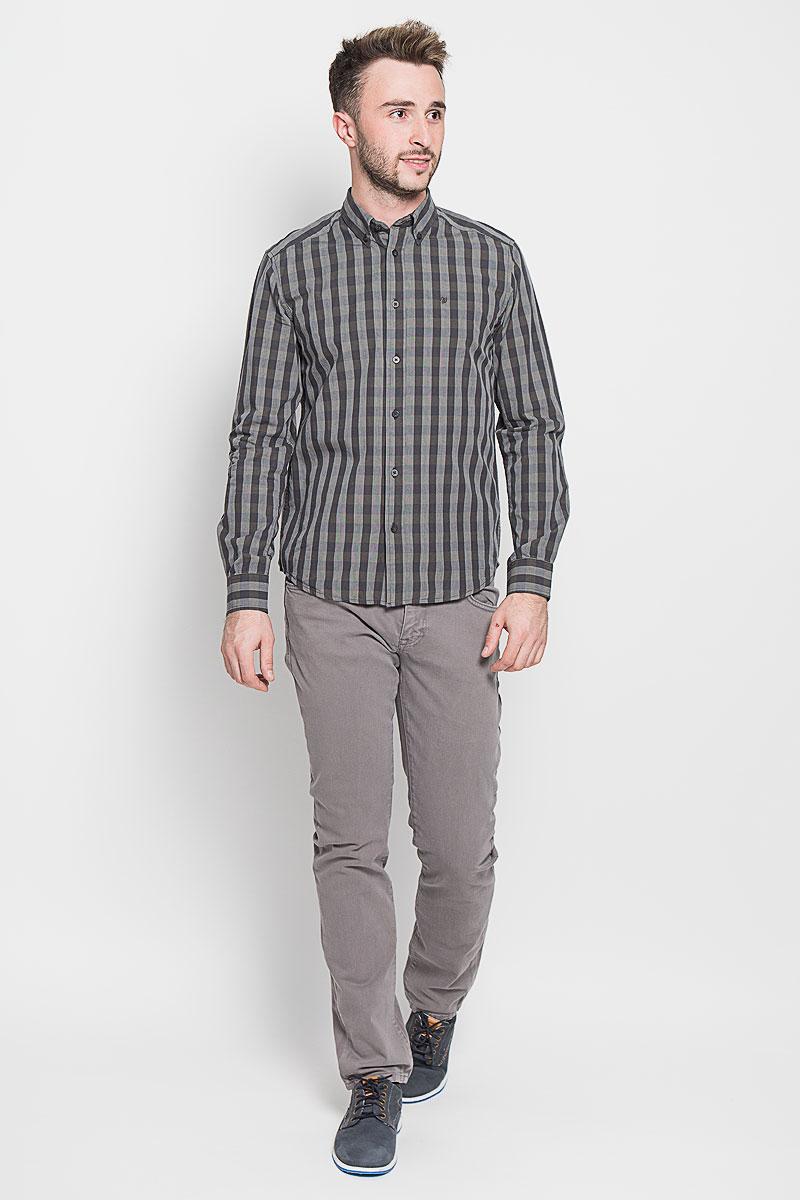 РубашкаW59244L16Стильная мужская рубашка Wrangler, выполненная из 100% хлопка, подчеркнет ваш уникальный стиль и поможет создать оригинальный образ. Такой материал великолепно пропускает воздух, обеспечивая необходимую вентиляцию, а также обладает высокой гигроскопичностью. Рубашка с длинными рукавами и отложным воротником застегивается на пуговицы спереди. Рукава рубашки дополнены манжетами, которые также застегиваются на пуговицы. Модель выполнена стильным принтом в клетку. На груди вышит логотип бренда. Классическая рубашка - превосходный вариант для базового мужского гардероба. Такая рубашка будет дарить вам комфорт в течение всего дня и послужит замечательным дополнением к вашему гардеробу