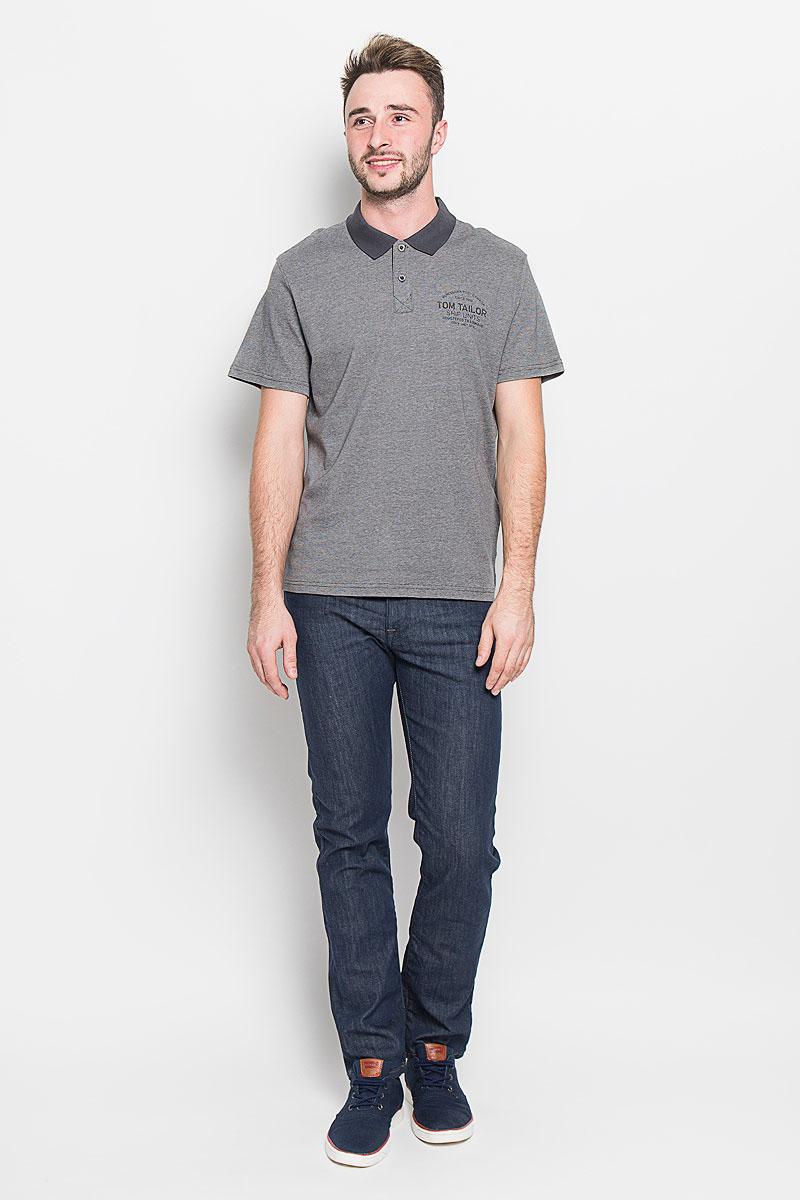 Поло1530949.00.10_2983Стильная мужская футболка-поло Tom Tailor, выполненная из высококачественного хлопка, обладает высокой теплопроводностью, воздухопроницаемостью и гигроскопичностью, позволяет коже дышать. Модель с короткими рукавами и отложным воротником сверху застегивается на две пуговицы. По бокам предусмотрены небольшие разрезы. Футболка на груди оформлена принтовыми надписями. Классический покрой, лаконичный дизайн, безукоризненное качество. В такой футболке вы будете чувствовать себя уверенно и комфортно.