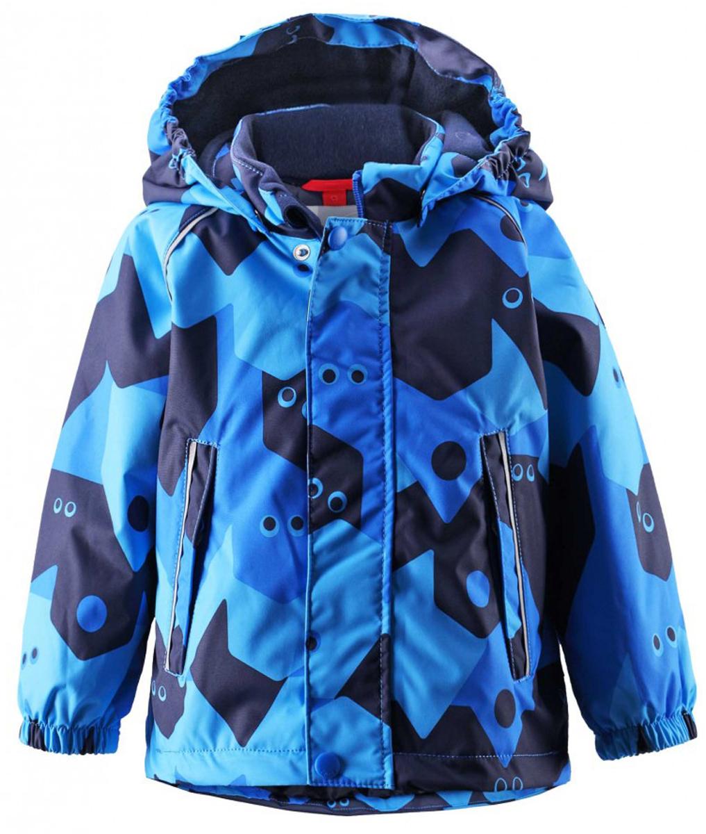Куртка511229C-6561Непромокаемая зимняя куртка для малышей с веселым рисунком просто создана для зимних приключений! Она изготовлена из водо- и ветронепроницаемого материала с грязеотталкивающей поверхностью. Все швы в куртке Reimatec проклеены и водонепроницаемы, так что непогода не помешает веселым зимним играм! Материал хорошо пропускает воздух, сколько ни бегай - в этой куртке не вспотеешь. Куртку с подкладкой из гладкого полиэстера очень легко надевать и носить с теплым промежуточным слоем. С помощью удобной системы кнопок Play Layers к этой куртке можно присоединять разные модели флисовых курток, которые подарят вашему ребенку дополнительное тепло и комфорт в холодные дни. Съемный регулируемый капюшон защищает от пронизывающего ветра и безопасен во время игр на свежем воздухе. Кнопки легко отстегиваются, если капюшон случайно за что-нибудь зацепится. Капюшон с подкладкой из мягкого полиэстера с начесом. Карманы на молнии сохранят маленькие сокровища, найденные во время прогулки, а светоотражающие...
