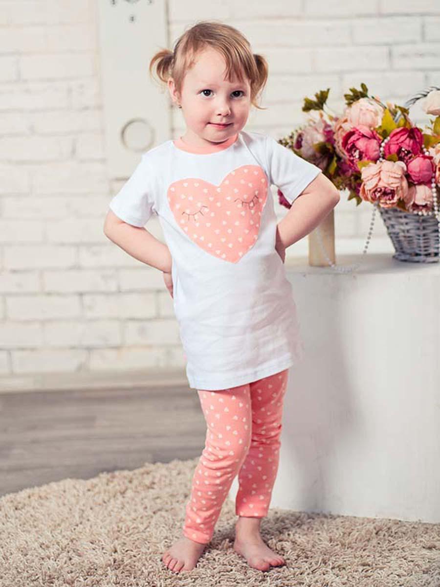 Пижама16752Пижама для девочки КотМарКот Сердечко, состоящая из футболки с коротким рукавом и леггинсов, выполнена из натурального хлопка. Футболка с круглым вырезом горловины спереди оформлена оригинальным принтом в виде сердечка. Леггинсы на талии имеют мягкую резинку, благодаря чему они не сдавливают животик ребенка и не сползают.