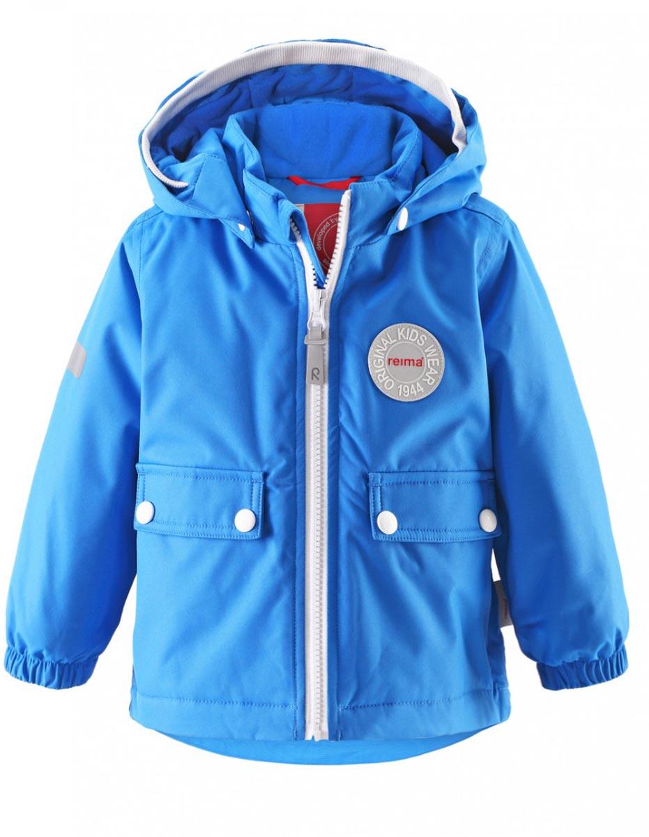 Куртка детская Reima Quilt, цвет: голубой. 511211-6560. Размер 74511211-6560В зимней куртке с рисунком, посвященным юбилею Reima, дождь не страшен – все основные швы проклеены, водонепроницаемы. Куртка идеально подойдет для ранних весенних и поздних осенних дней. Куртка с гладкой стеганой подкладкой легко надевается на теплый промежуточный слой – маленьким покорителям погоды в ней будет тепло весь день. Большие карманы с клапанами и светоотражающие детали выполнены в ретро-стиле 70-х.
