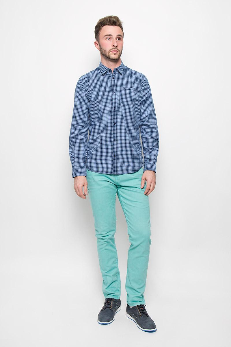 Рубашка мужская Tom Tailor, цвет: голубой, темно-синий. 2032101.00.10_6695. Размер L (50)2032101.00.10_6695Стильная мужская рубашка Tom Tailor, изготовленная из натурального хлопка, необычайно мягкая и приятная на ощупь, не сковывает движения и позволяет коже дышать, не раздражает даже самую нежную и чувствительную кожу, обеспечивая наибольший комфорт.Модная рубашка в клетку с длинными рукавами и отложным воротником застегивается на пуговицы. Рукава дополнены манжетами на пуговицах. На груди модель оформлена накладным карманом.Эта рубашка - идеальный вариант для повседневного гардероба. Такая модель порадует настоящих ценителей комфорта и практичности!