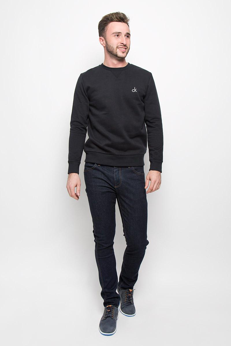 Свитшот мужской Calvin Klein Jeans, цвет: черный. J30J300603_0990. Размер XL (54)J30J300603_0990Стильный мужской свитшот Calvin Klein Jeans, изготовленный из высококачественного материала, мягкий и приятный на ощупь, не сковывает движений и обеспечивает наибольший комфорт. Такой свитшот великолепно пропускает воздух, позволяя коже дышать, и обладает высокой гигроскопичностью.Модель свободного кроя с круглым вырезом горловины и длинными рукавами оформлена брендовой вышивкой. Манжеты рукавов, воротник и низ изделия дополнены трикотажными резинками. Этот свитшот - настоящее воплощение комфорта, он послужит отличным дополнением к вашему гардеробу. В нем вы будете чувствовать себя уютно в прохладное время года.