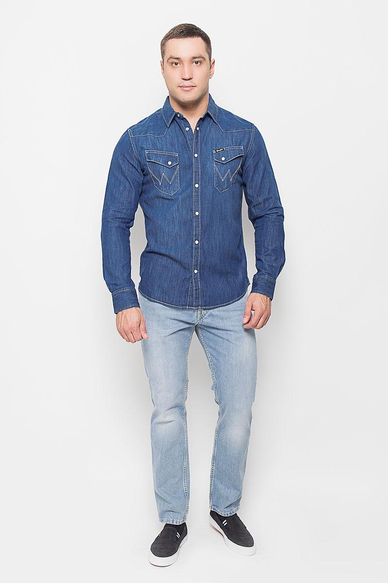 РубашкаW5833O68EМужская джинсовая рубашка Wrangler, выполненная из натурального хлопка, поможет создать стильный образ. Материал изделия тактильно приятный, позволяет коже дышать, не стесняет движений, обеспечивая комфорт при носке. Рубашка с отложным воротником и длинными рукавами застегивается на кнопки и одну пуговицу. Модель имеет слегка приталенный силуэт. На манжетах предусмотрены застежки-кнопки. На груди расположены накладные карманы с клапанами на кнопках. Изделие оформлено прострочкой, украшено фирменной нашивкой. Такая рубашка займет достойное место в вашем гардеробе!