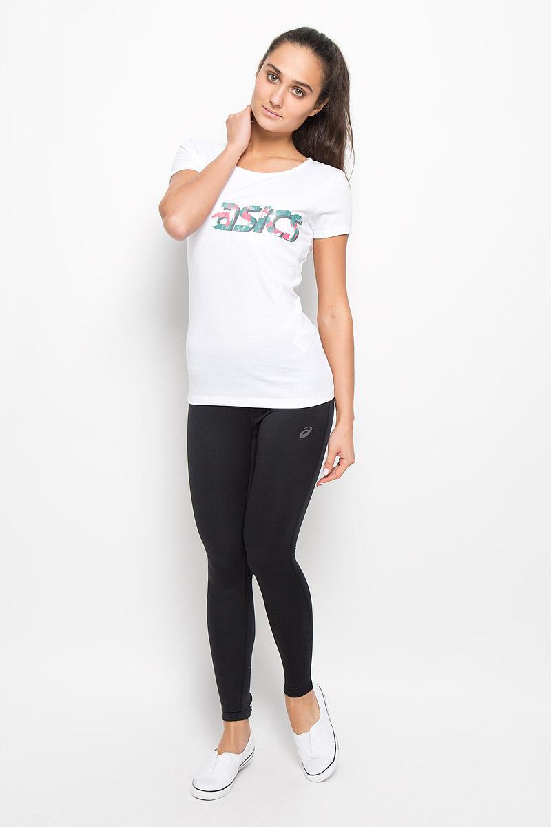 Футболка134777-0656Женская футболка Asics Graphic Ss Top выполнена из хлопка с добавлением полиэстера. Материал тактильно приятный, не стесняет движений, обеспечивая комфорт при носке. Модель с короткими рукавами и круглым вырезом горловины имеет приталенный силуэт. Спереди футболка украшена принтом с логотипом и названием бренда. Такая футболка отлично подходит для тренировочной экипировки, а также для повседневной носки.